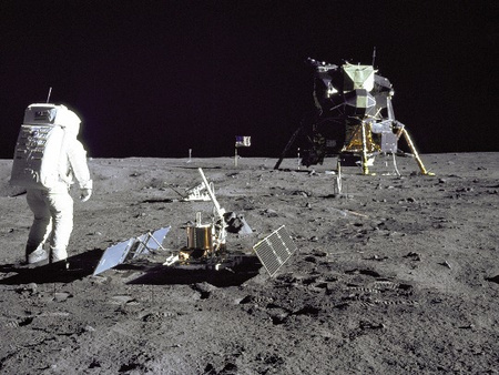 Edwin Aldrin a holdmodul mellett az Apollo-11 holdraszállása után. Brian O'Brien az Apollo-11 és Apollo-12 utak során kihelyezet porérzékelő műszerek adatait használta fel munkájában (forrás: NASA).