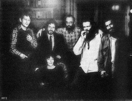 A Beszélő szamizdatban megjelent ellenzéki folyóirat szerkesztőségének tagjai 1982-ben: Szilágyi Sándor, Kőszeg Ferenc, Kis János, Nagy Bálint, Petri György. Előttük ül: Solt Ottília.