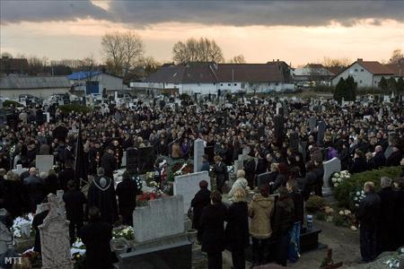 A meggyilkolt kislány temetése tavaly decemberben Kiskunlacházán