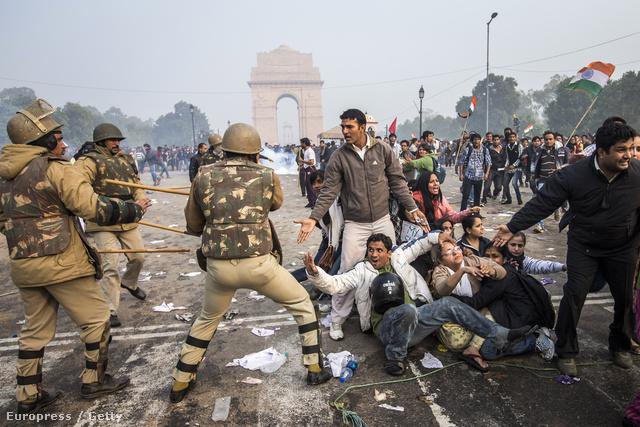 Tüntetők csapnak össze rohamrendőrökkel Új Delhiben.
