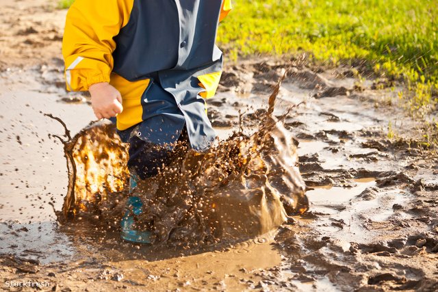 stockfresh 1956732 child-splashing-in-puddle sizeM