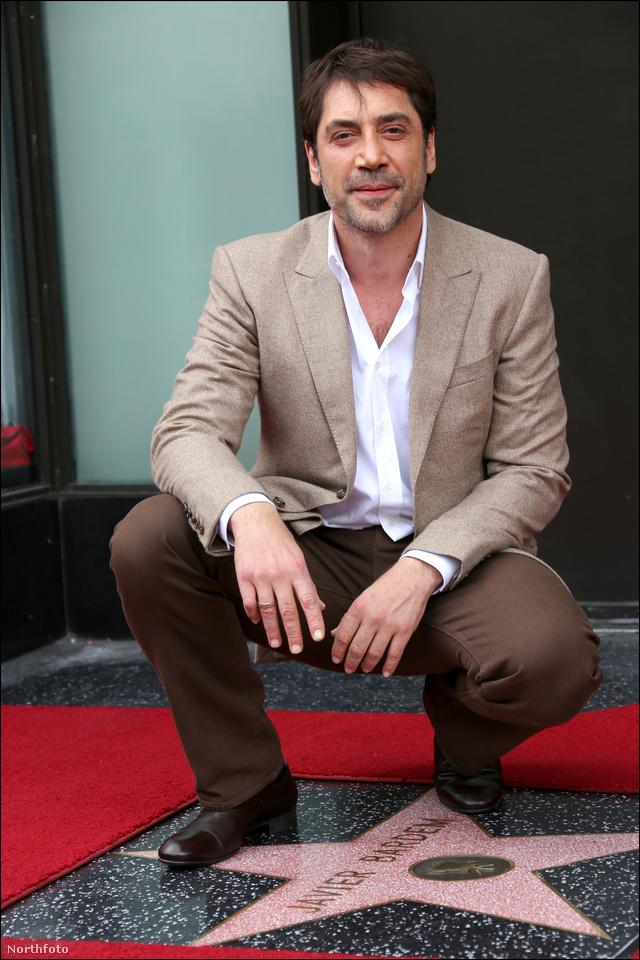 """Javier Bardem egy klasszikus, """"guggolok a csillagomon"""" pózban."""