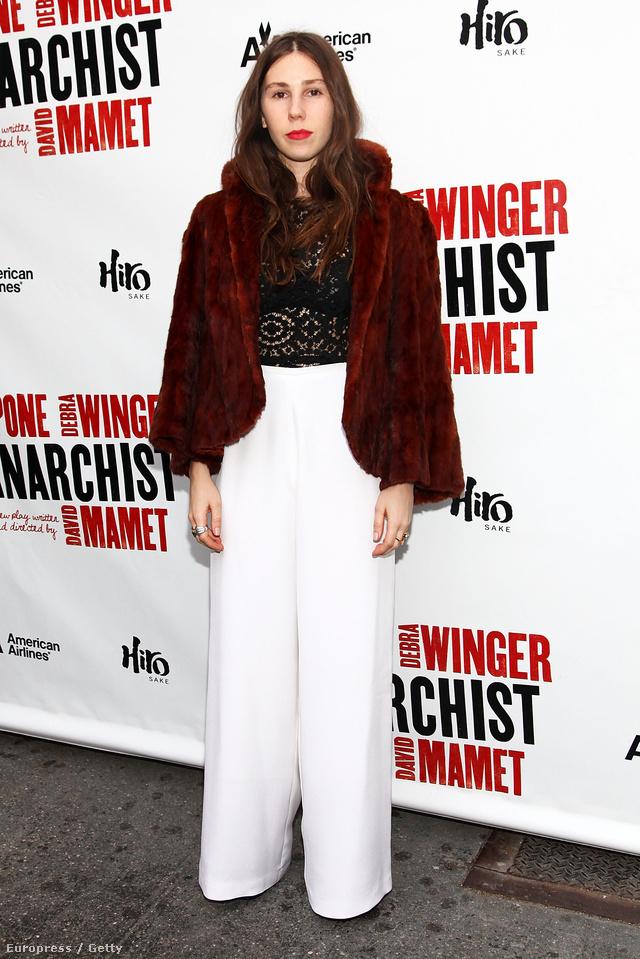 Zosia Mamet trendi műszőrben és hófehér pantallóban New Yorkban.