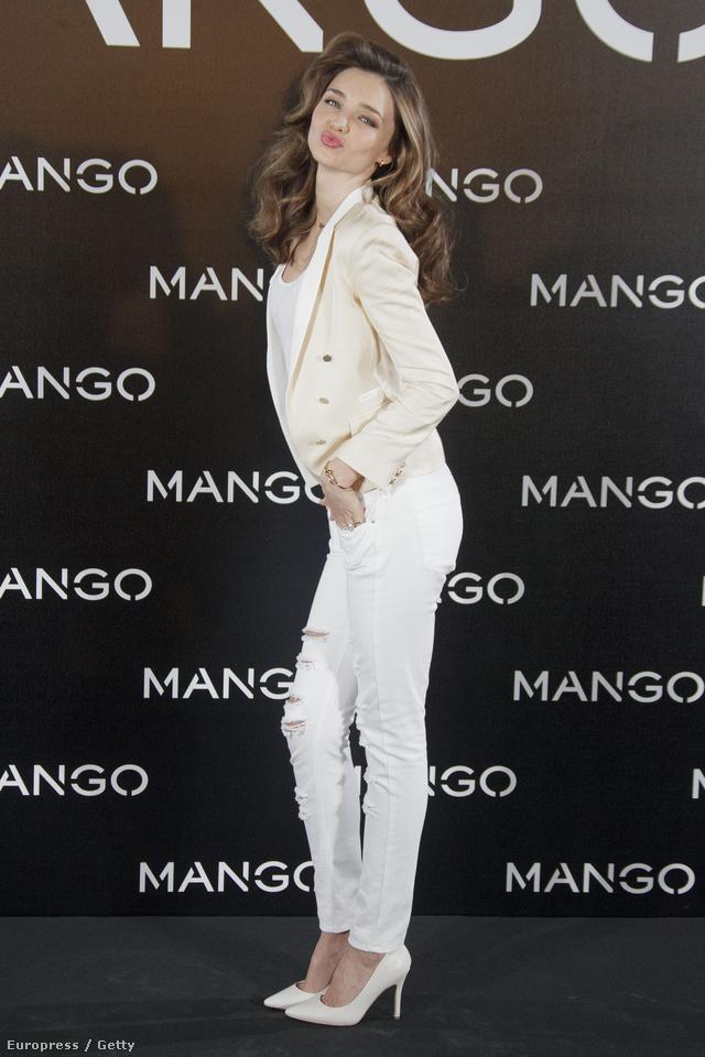 Miranda Kerr fehérben pucsít a Mangonak.