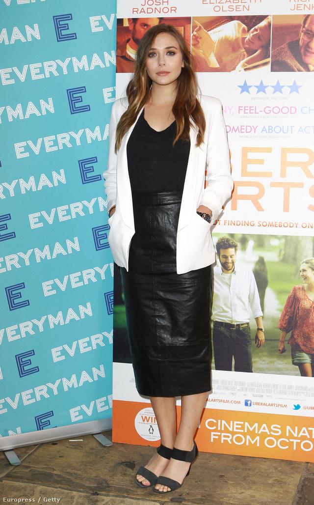 Elizabeth Olsen fekete-fehér szerelésben új filmjének bemutatóján Londonban.