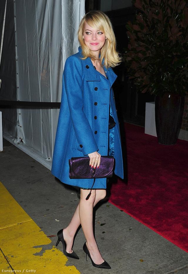 Emma Stone fekete magassarkúban és kék viharkabátban érkezik a Vogue partira.