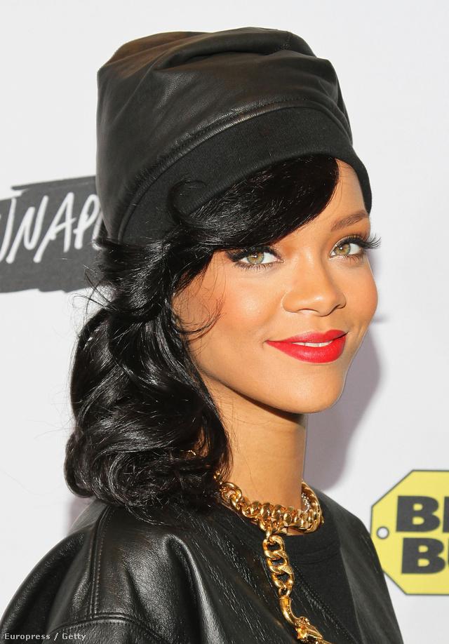 Rihanna fekete szereléséhez választotta a vörös színt