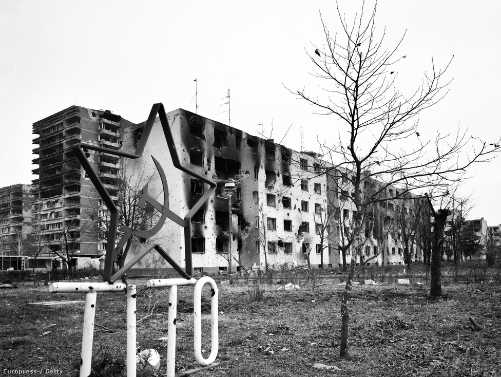 A Jugoszlávia felbomlása után az utódállamok között kitört délszláv háborúban megrongálódott lakótelep a horvátországi Borovo iparvárosban 1992-ben. Akkor még sok helyen látható volt a sarló-kalapács az akkor 12 éve halott elnök nevével. A szocialista Svájcból mára csak Mini-Jugoszlávia maradt.