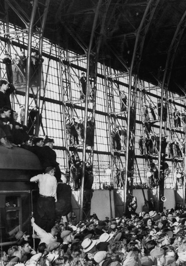 1956. júniusban oroszok gyűlnek, hogy köszöntsék a jugoszláv marsallt. Sztálin halála után Tito és az oroszok között megenyhült a kapcsolat. Az 1956-os magyar forradalmat viszont támogatta Tito, és annak leverésekor Nagy Imréék a budapesti Jugoszláv nagykövetségre menekültek. A követséget megfigyelték, és egyszer egy ablakon be is lőttek, megölve egy bajszos embert, akire azt hitték, hogy Nagy Imre. Végül a követséget elhagyó Nagyékat csellel elfogták.
