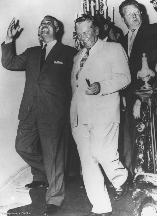 Tito éppen vicces mesél Gamal Abdul Nasszer egyiptomi elnöknek a New York-i jugoszláv nagykövetségen az ENSZ Közgyűlése alatt 1960. szeptember 28-án