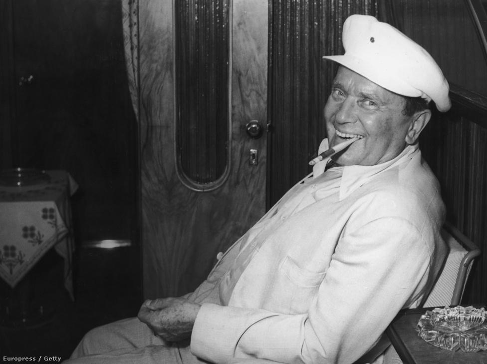 A 68 éves Josip Broz Tito, szájában hosszú filteres cigarettával 1960-ban. A század elején először vonzódott az elegancia iránt, ezért pincér akart lenni, aztán mégis lakatosnak tanult.