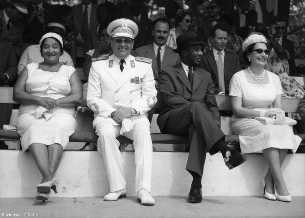 Tito 1961-ben az egy évvel korábban létrejött Togo első elnöke, Sylvanus Olympio mellett egy togói katonai parádét néz. Olympio uralma az 1963-as katonai puccsig tartott, amiben megölték.