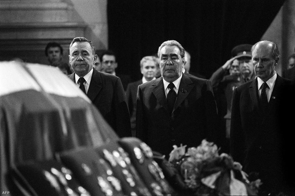 1980. május 4-én, nyolcvanhét évesen Ljubljanában hunyt el, a belgrádi Virágházban temették el többek között Leonyid Brezsnyev, Indira Gandhi, Margaret Thatcher és Willy Brandt előtt, de a jugoszláv diktátor emléke a Balkánon máig kísért.