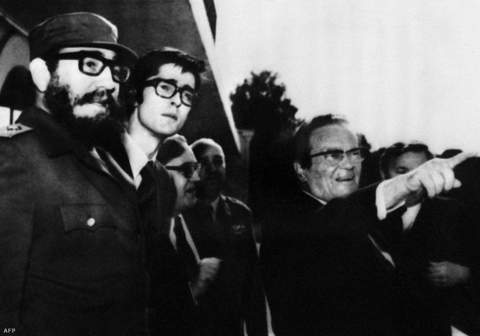 Fidel Castro kubai kommunista főtitkár Tito nyári rezidenciáján 1976. június 3-án a Brijuni-szigetcsoporton, amit Tito halála után 1983-ban nemzeti parkká nyilvánítottak. 1973-ban Kádár is vendég volt itt, és Tito a saját autójához kísérte Kádárt, beültette az anyósülésre, majd a volán mögé ülve maga vitte el a Brionka villához.