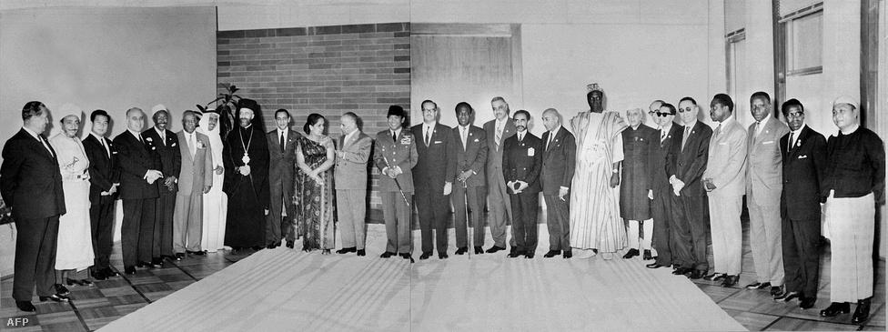 1956-ban Brioni szigetén Nehru indiai miniszterelnök és Nasszer egyiptomi elnök Titóval kezdeményezik a Tömbönkívüliek Mozgalmát (később: ENKM). Az első csúcsértekezletet 1961 szeptemberében Belgrádban tartották. A gazdasági reform részeként liberalizálták a külföldre utazást, ami Jugoszláviának azért volt jó, mert így megszabadulhatott a munkaerő-feleslegtől. Ekkor kezdték el elárasztani Nyugat-Németországot a jugoszláv vendégmunkások.