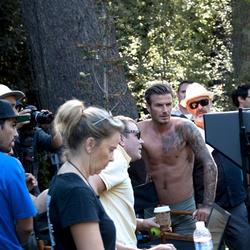 David Beckham felső nélkül, Guy Ritchie halványsárga pólóban
