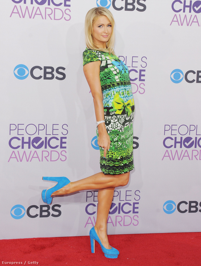 Paris Hilton kék platform cipőben a People's Choice Awards-on.