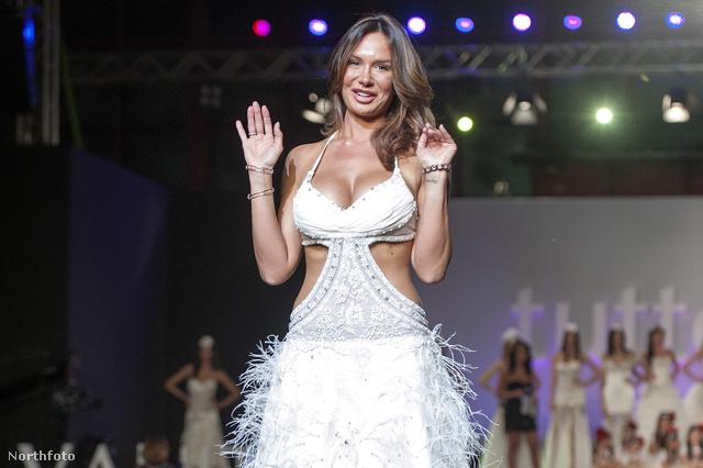 Nicola Minetti egy olyan ruhában, amit elvileg menyasszonyi ruhának terveztek