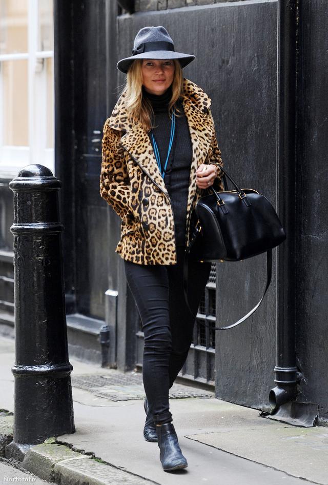 Kate Moss állatmintás kabátot és menő kalapot választott skinny farmeréhez.