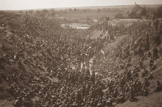 """1942 nyara - """"Muszka"""" hadifoglyok tömegei egy Sztarij Oszkolhoz közeli horhosban"""