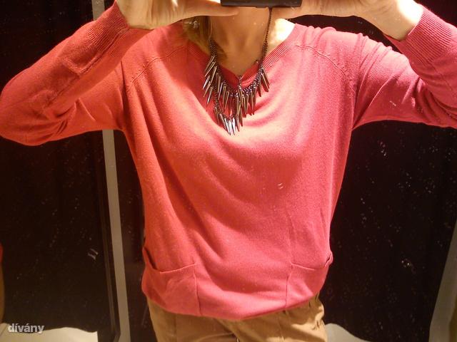 Reserved: rengeteg pulóvert áraztak le, iagzából túl nagy a választék. Ez a pink darab 4495 forint helyett 2495-be kerül. Ennyiért már megéri.
