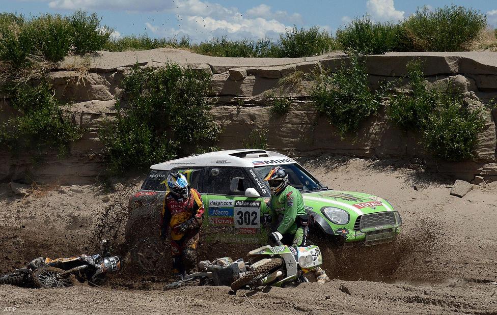 A későbbi győztes, francia Stéphane Peterhansel -  Jean-Paul Cottret páros húz el Minijével a sárba ragadt motorosok, Martin Amengual és Paco Martinez mellett. Peterhansel tízszer nyert eddig Dakart, hatszor motoron és négyszer autóval.