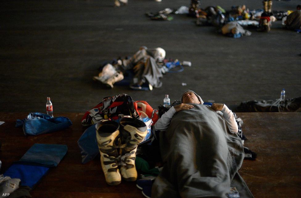 Spártai körülmények között pihennek a versenyzők két szakasz között.