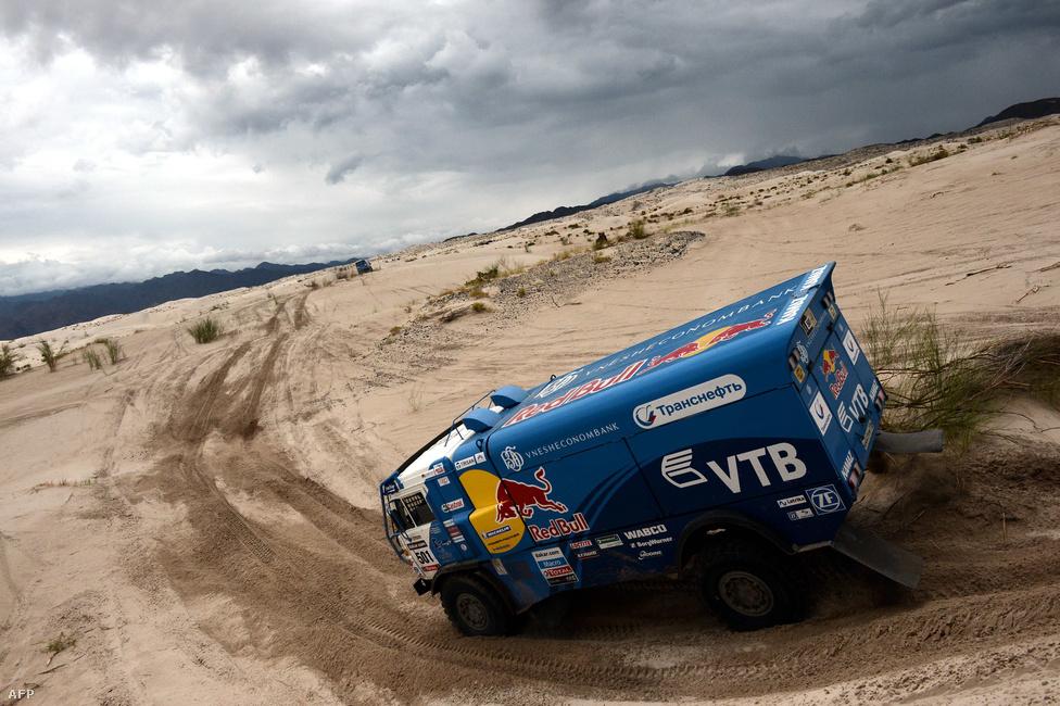 Eduard Nyikolajev és csapata versenyez az orosz Kamaz teherautógyár versenymodelljével. Külön indulnak versenykamionok valamint az autósokat és motorosokat kiszolgáló szervizkamionok. Nyikolajevék végül megnyerték a kamionosok versenyét.