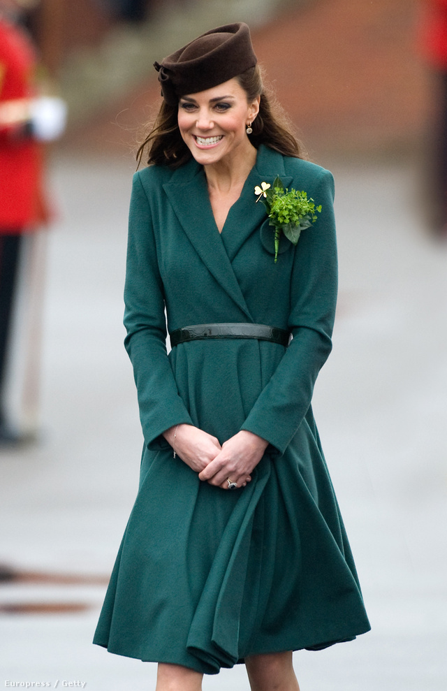 Barna kalapban és zöld ruhában a Szent Patrik napi ünnepségen