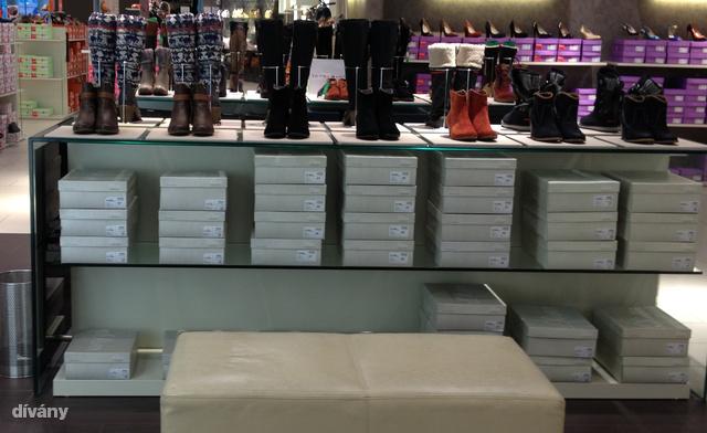 Humanic: a képen látható Esprit cipőket, és a képen nem látható 60 ezer forintos Tommy Hilfiger csizmákat nem nagyon árazták le.