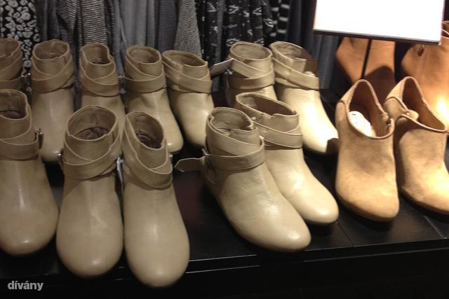 Jöjjön a fast fashion felhozatal: a Pull and Bearben 3500 forintért szórják ki ezeket a műbőr bokacsizmákat.