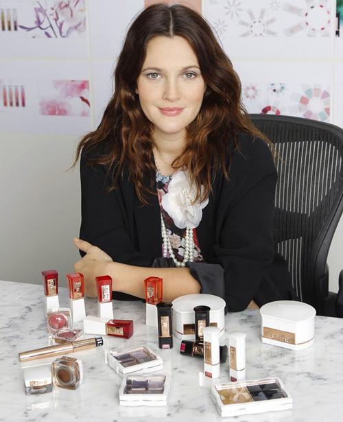 Drew Barrymorre kozmetikai termékeket reklámoz a Wal-martnak