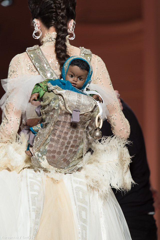 Fekete csecsemő a hátizsákban, Gaultier kifutóján