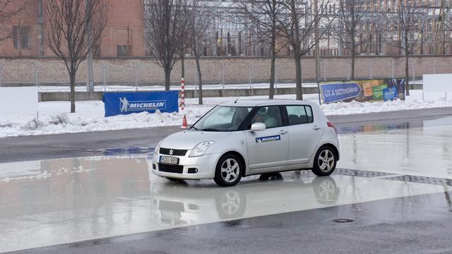 A nyári gumival szerelt autó simán végigcsúszik a jeges pályán, a téli abroncsok féltávon megállítják a Suzukit