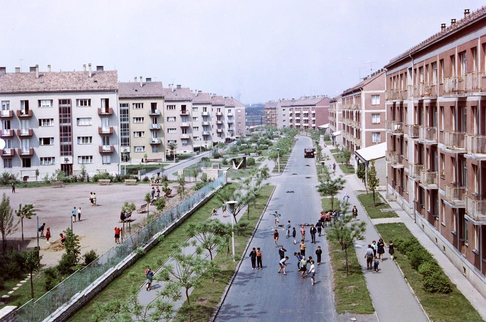Pécs, 1960. - A hatvanas évekre az állami építőipar egész városokat, városrészeket hozott létre. Épültek a lakótelepek, folyt a városrehabilitáció, uralkodó vált a könnyűszerkezet, zajlott az át- és beépítés.