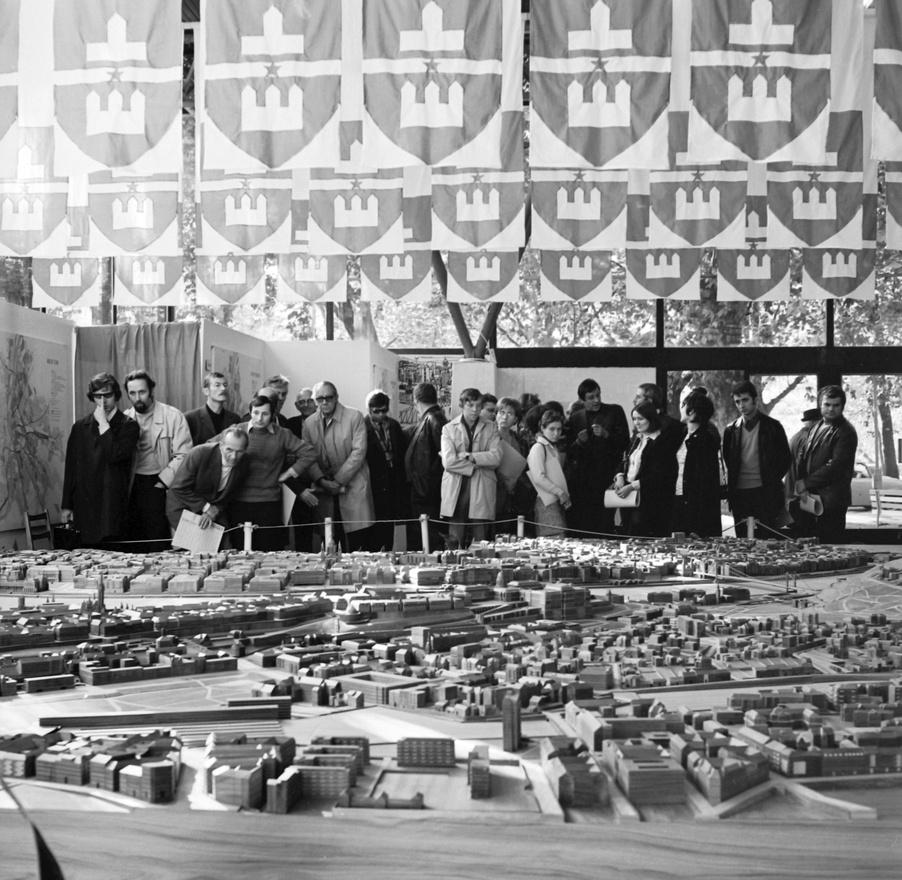 Budapest, 1974. - A VÁTI szakemberei Budapest makettje előtt.