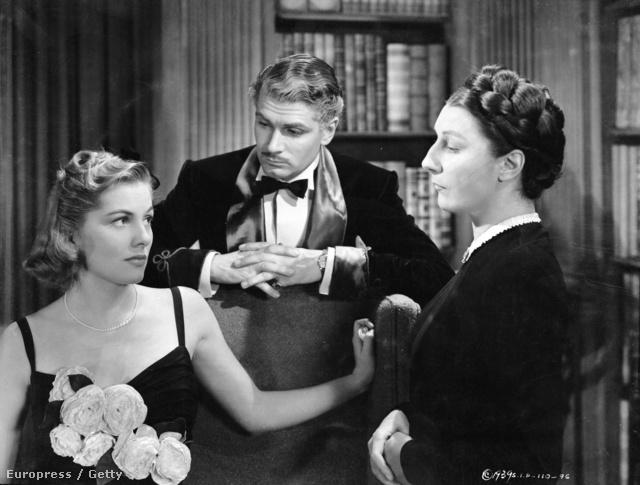 Virágos ruha, fonott konty és bajszos  Laurence Olivier 1940-ben.