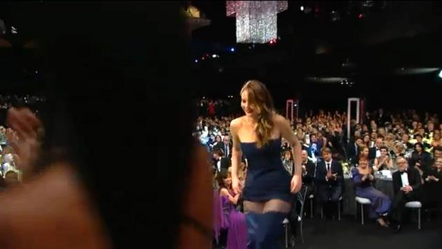 Így vonul Jennifer Lawrence a színpad felé, átvenni díját. Az ott nem egy szakadás a Dior szerint.