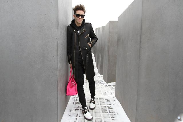 Diaz 1020 eurós, Davidelfin márkájú kabátban, American Apparel pulcsiban, Céline táskával és Balenciaga cipőben pózol. Ja, mindezt a Holokauszt Emlékműnél. Kattintson a képre a többi fotóért!