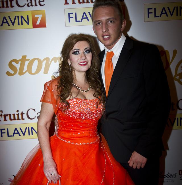 Kiszel Tünde narancsszín habcsókként