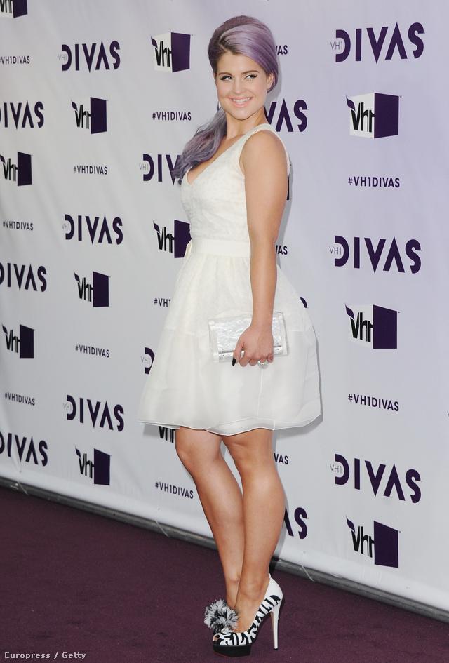 Kelly Osbourne lila hajjal,állatmintás platformban Los Angelesben
