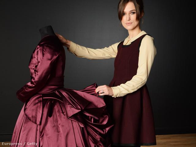Keira Knightley a filmbeli kosztümje mellett pózol, melyet kiállítottak a VA múzeumban is.
