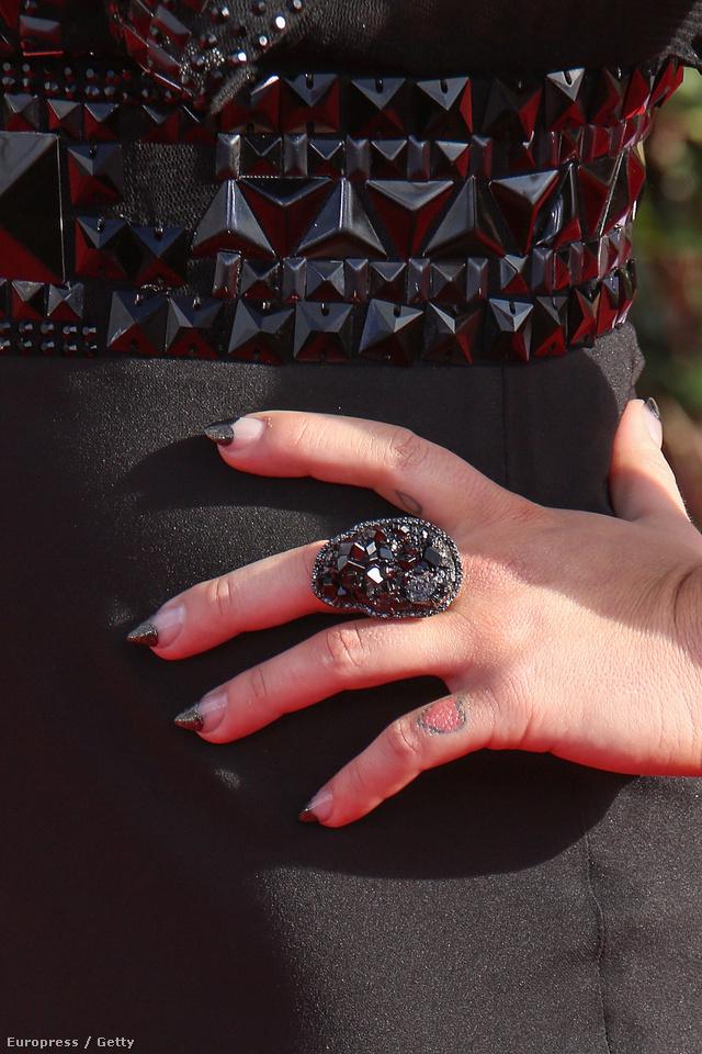 Kelly Osbourne gyűrűje passzol a köröm díszítéséhez.