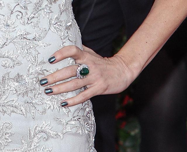 Naomi Watts fehér ruhájához jól passzolnak metál színűre festett körmei.
