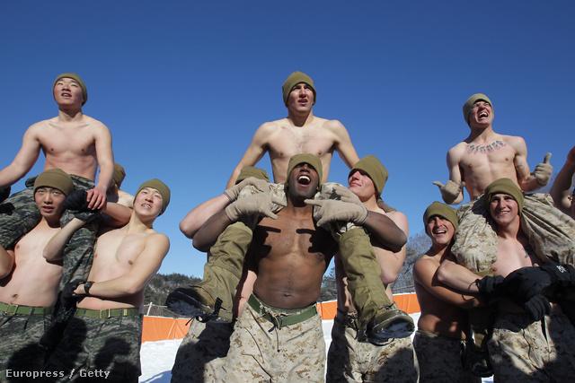 Itt Koreában vendégeskedő amerikai tengerészgyalogosok is csatlakoztak hozzájuk