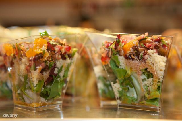 Kuszkusz saláta aszalt gyümölcsökkel és gránátalma magokkal