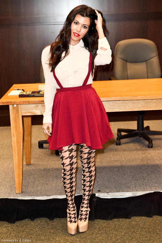 Kourtney Kardashiannak jól áll a merész, kislányos ruha a mintás harisnyával.