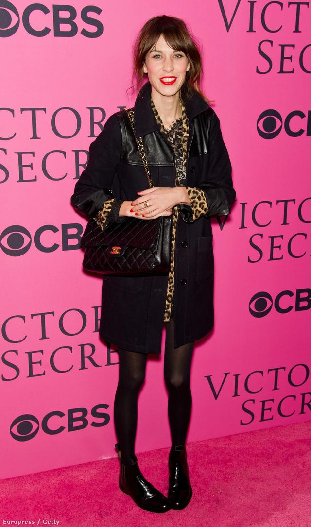 A harisnyamániás Alexa Chung a  Victoria's Secret Fashion Showra fekete harisnyában érkezett.