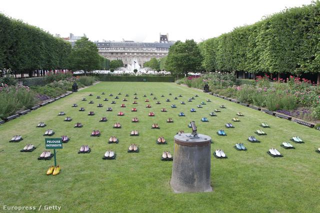 A palota kertjében a legnagyobb divatházak tartják éves bemutatóikat.