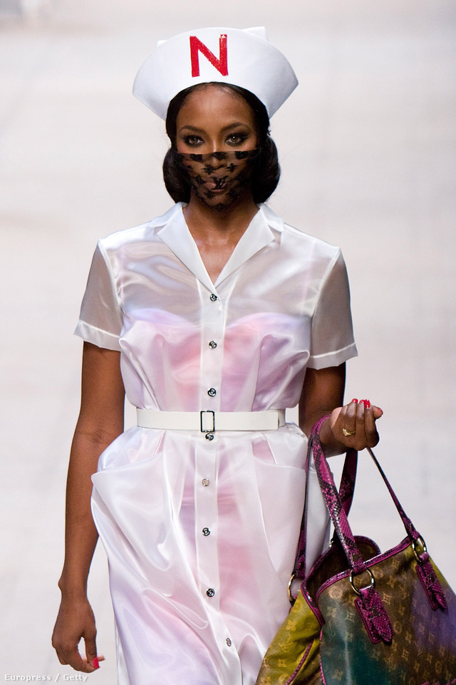 Naomi Campbell a 2008-as Louis Vuitton Shown nővérként.